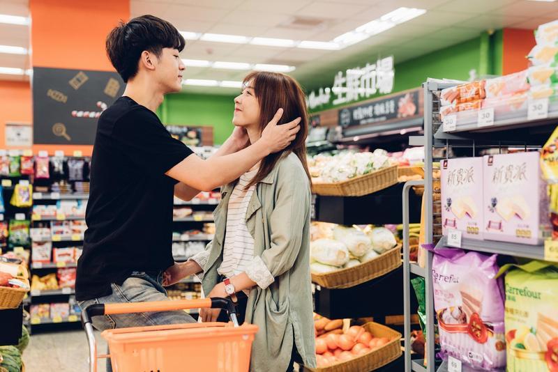 邵雨薇和吳思賢在劇中到處放閃,連在超商都可以曬愛。(東森創作提供)