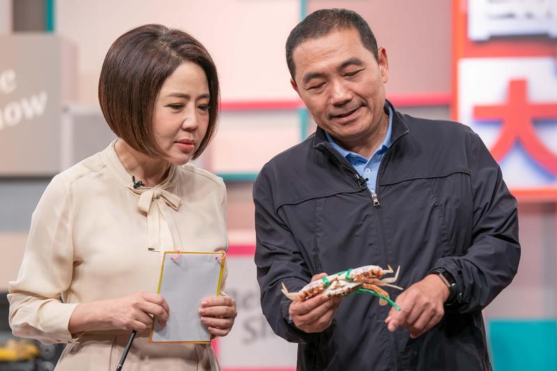 侯友宜上于美人節目教大家如何料理美味的螃蟹。(TVBS提供)