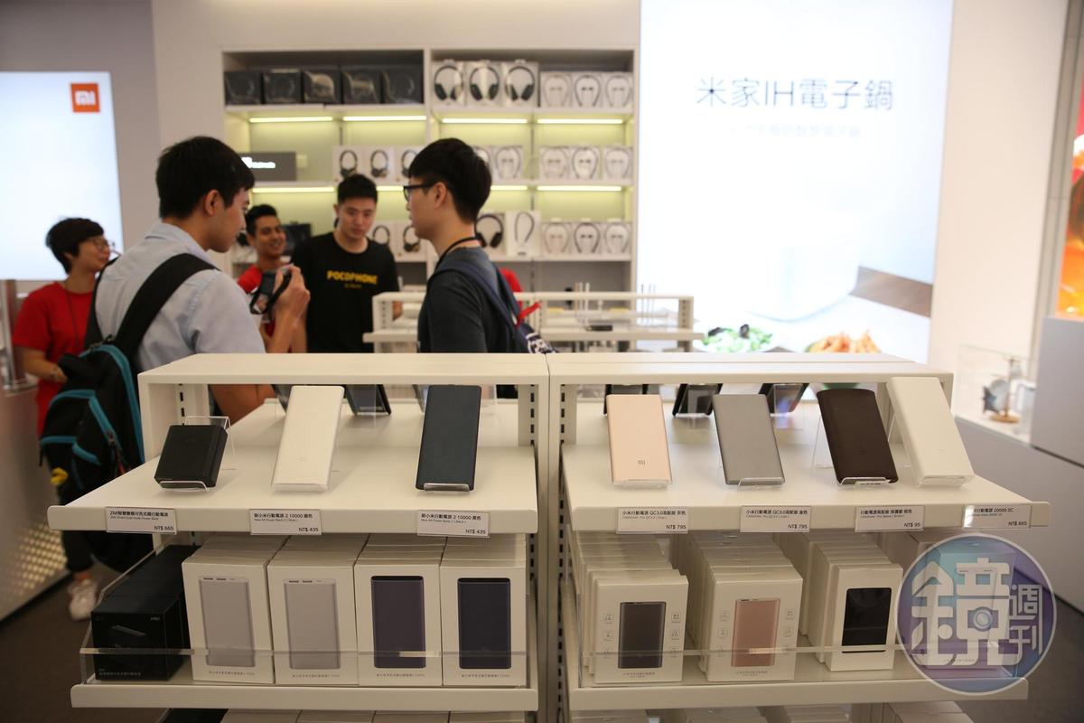 小米之家台北信義威秀店展示小米系列產品。