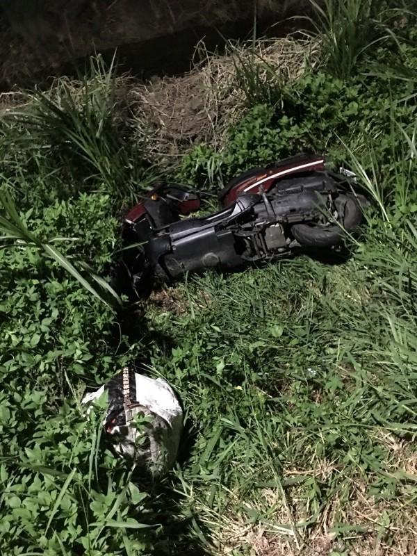 吳姓女機車騎士疑自撞電桿,頭部受到重創不治。(警方提供)