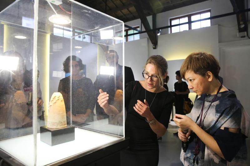 茱麗葉在琉璃工房的展場第一次看見曾祖父佛朗索瓦.德孔西蒙(François Décorchemont)的《向光飛行》。直呼「很美」。