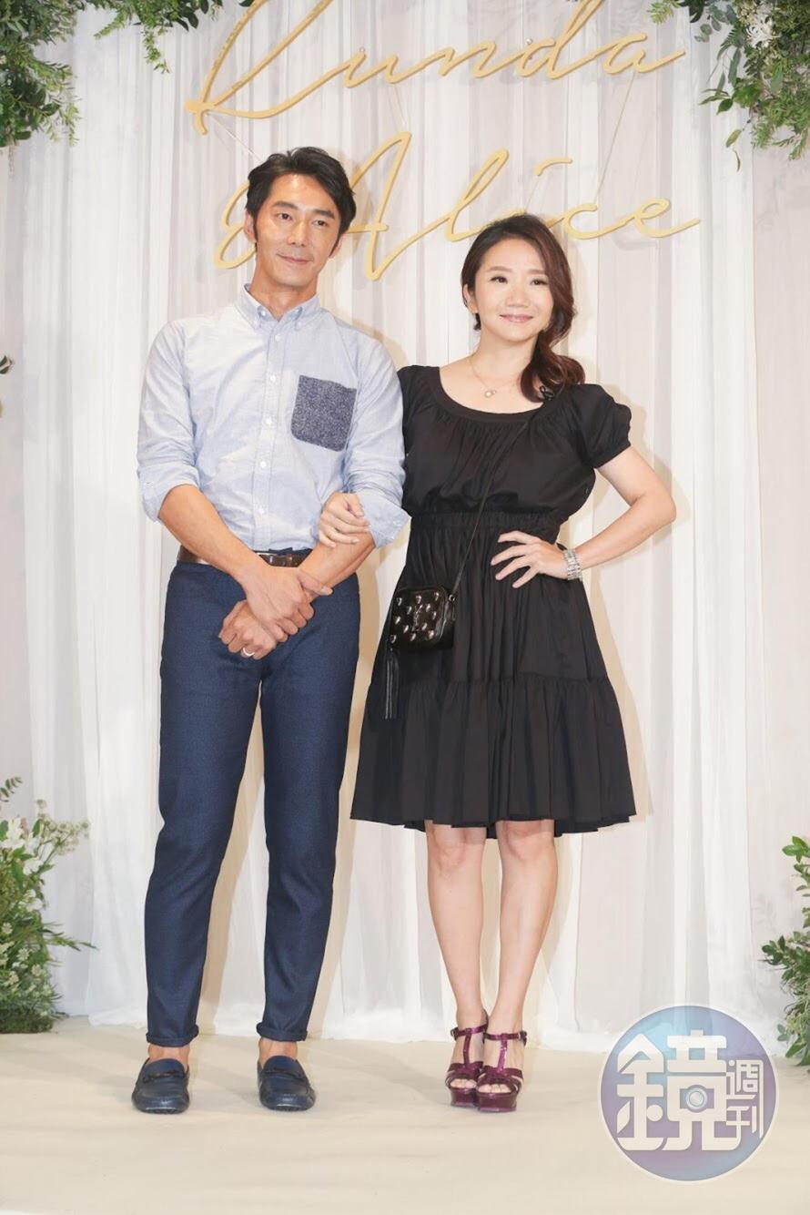李李仁以劇中當過兩次柯佳嬿爸爸的「長輩」身分帶著太太陶晶瑩來吃喜酒。