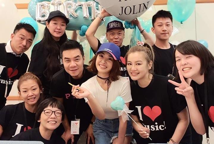 蔡依林生日當天飛往沖繩力挺好友安室奈美惠,先收到安室送上的氣球禮讓她非常驚喜。(翻攝自蔡依林臉書)