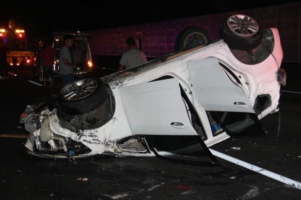 白色自小客車衝撞護欄,一男一女慘死。(警方提供)