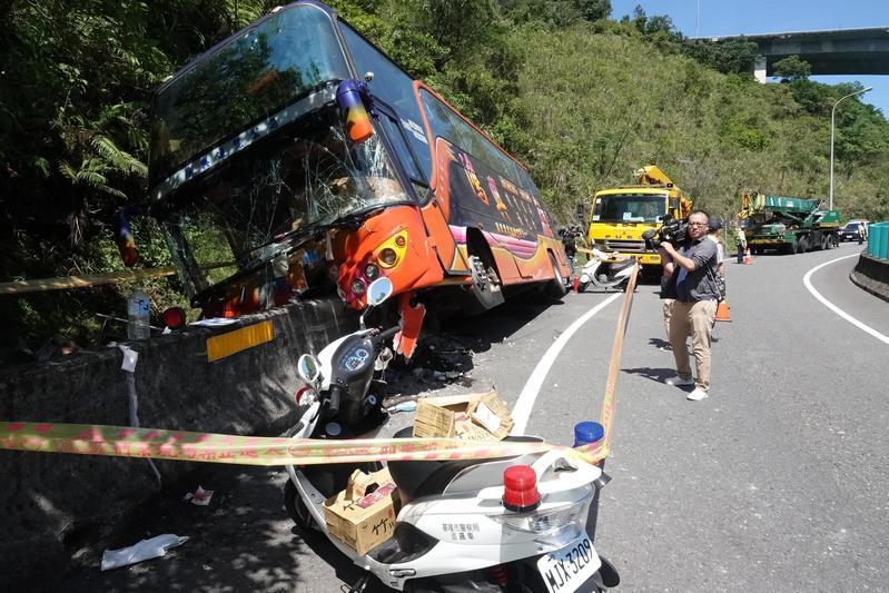 遊覽車司機疑似對路況不熟,上錯匝道一時心慌才會不小心讓車輛失控。(翻攝畫面)