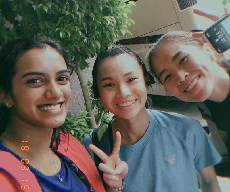 泰國天才少女依瑟儂在IG刊出和戴資穎及辛度的合照。(取自IG帳號:ratchanokmay)