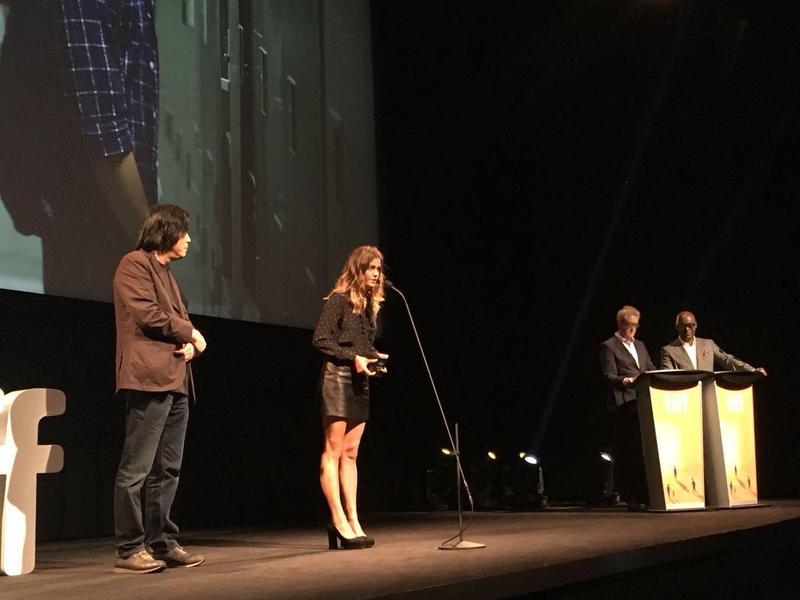 女主角Louise Grinberg代表劇組上台領獎。(牽猴子提供)