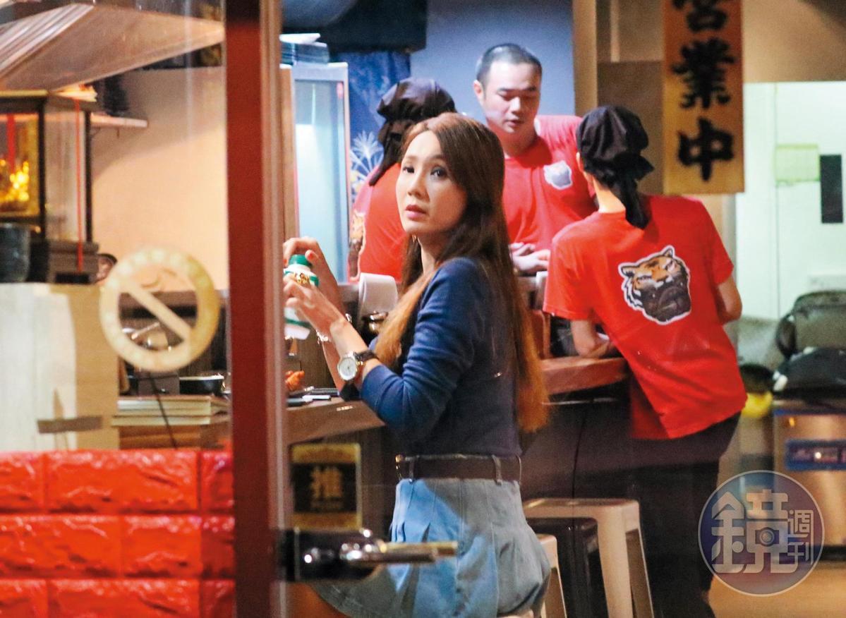 9/10 20:31 海倫清桃坐在店內顯眼位置,不時往門口張望。