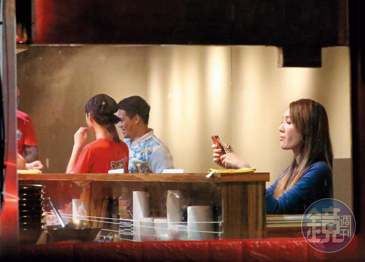 20:35 新開的拉麵店一個客人都沒有,海倫清桃獨自坐在吧檯玩手機。