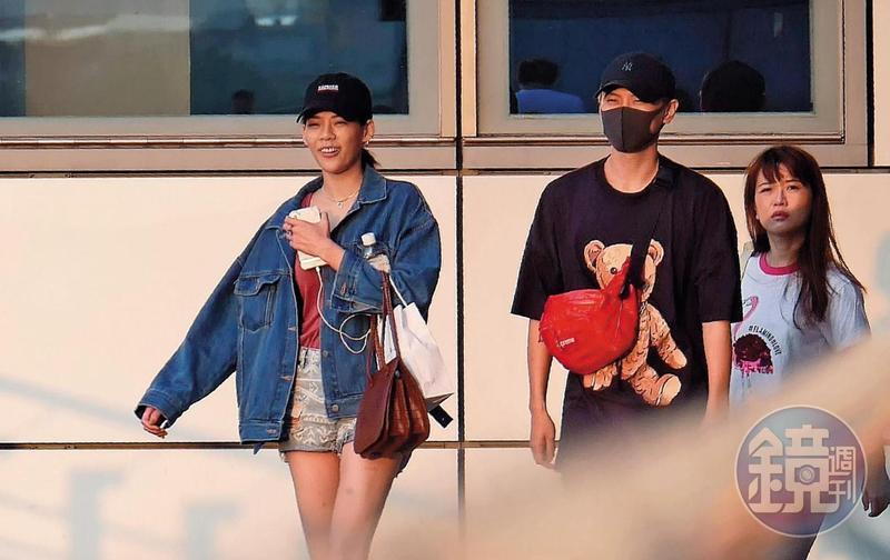 穿著熱褲的洪文安,開心與滿臉包緊緊的毛弟,出現在南港捷運共構立體停車場。