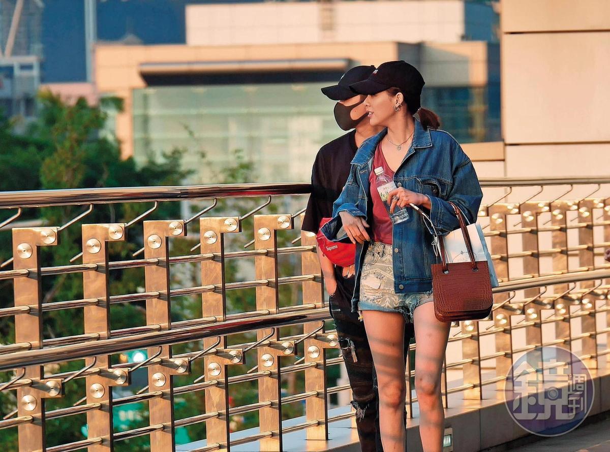 毛弟走在洪文安後方,兩人緊盯著遠方景色。