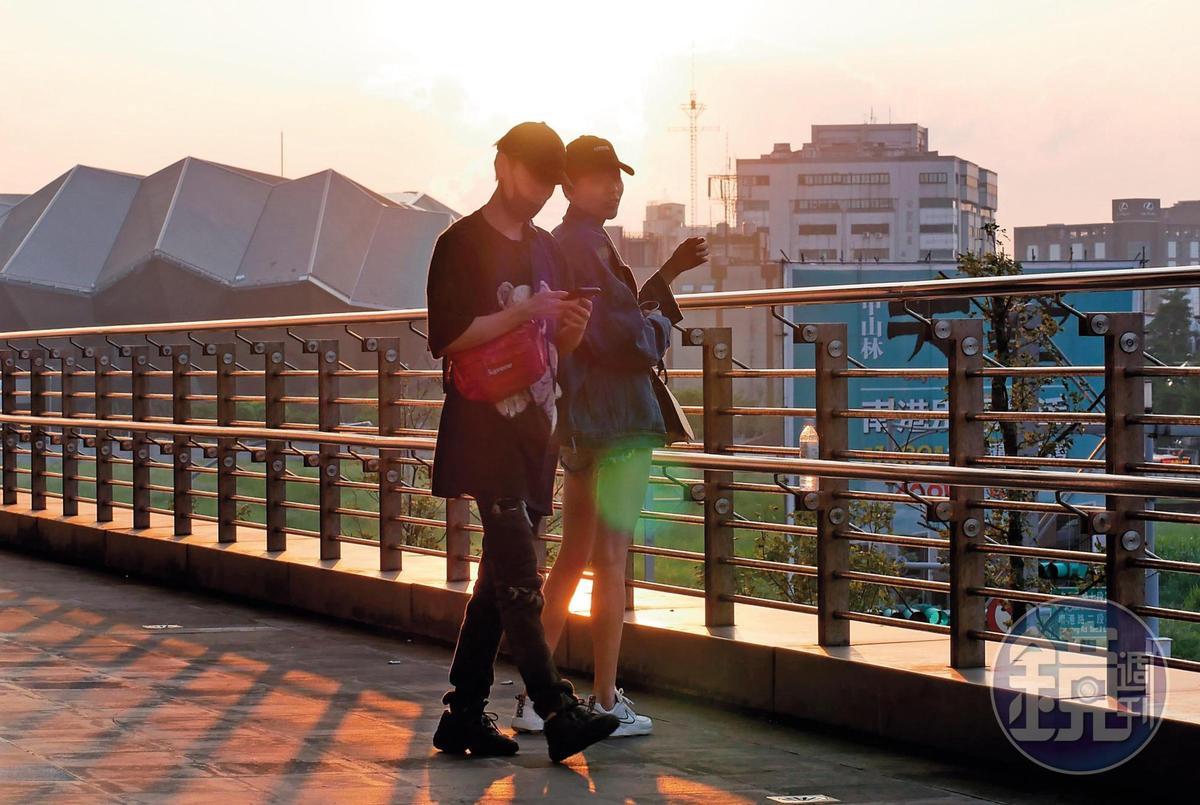洪文安與毛弟在黃昏夕陽美景映照下,零距離談心