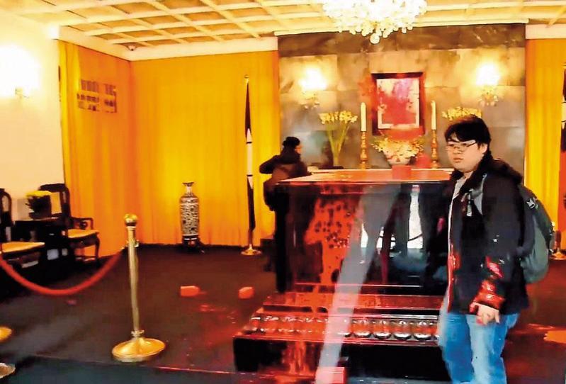 羅宜(右)今年2月到慈湖陵寢潑漆,與其他9名同夥一同被起訴。(翻攝自由台灣黨臉書)