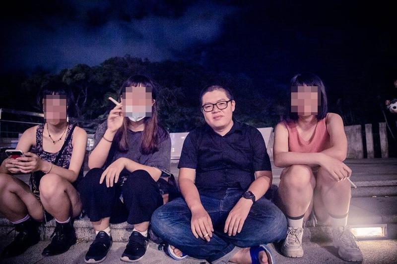 羅宜臉書中多是與性格正妹合照的照片,男性友人的照片極少。