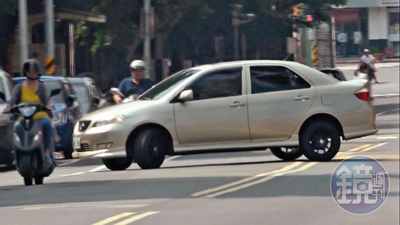 面對本刊跟監,王盈凱在板橋中正路上突然一記雙黃線大迴轉。