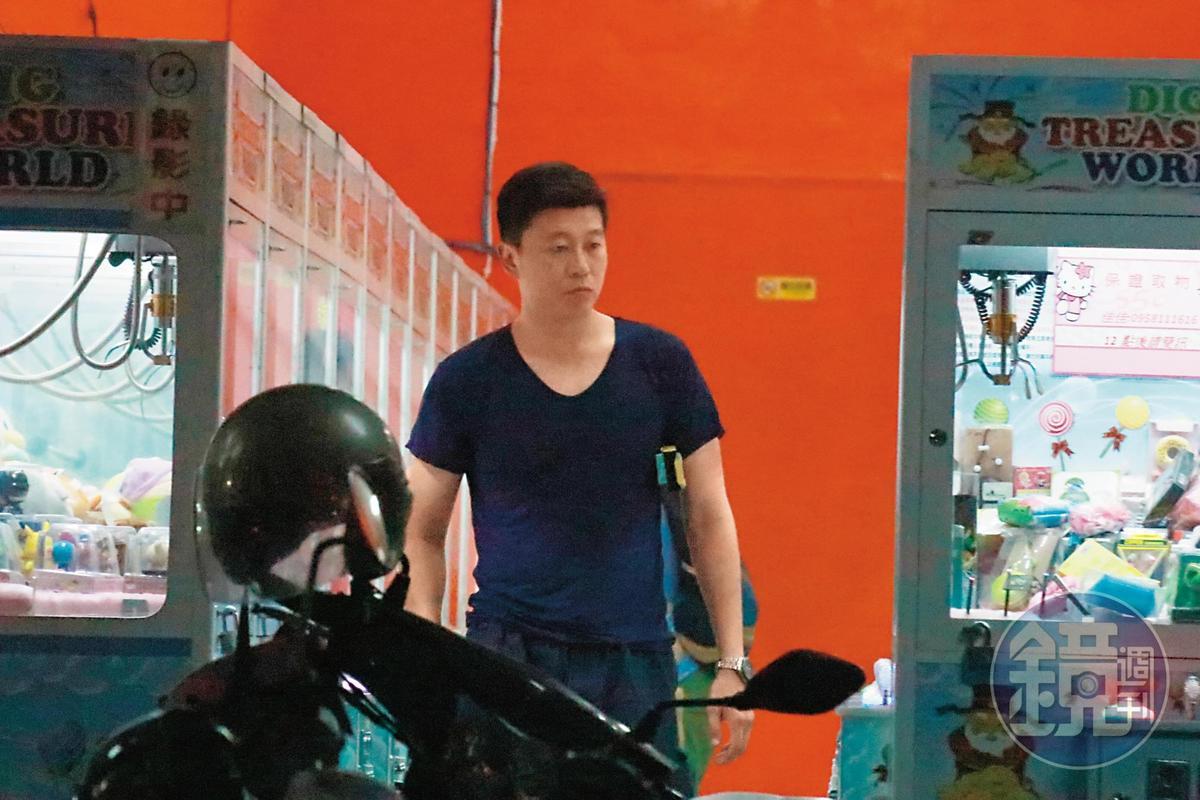 王盈凱似乎是夾娃娃老手,總是先觀察各機台擺設情況。