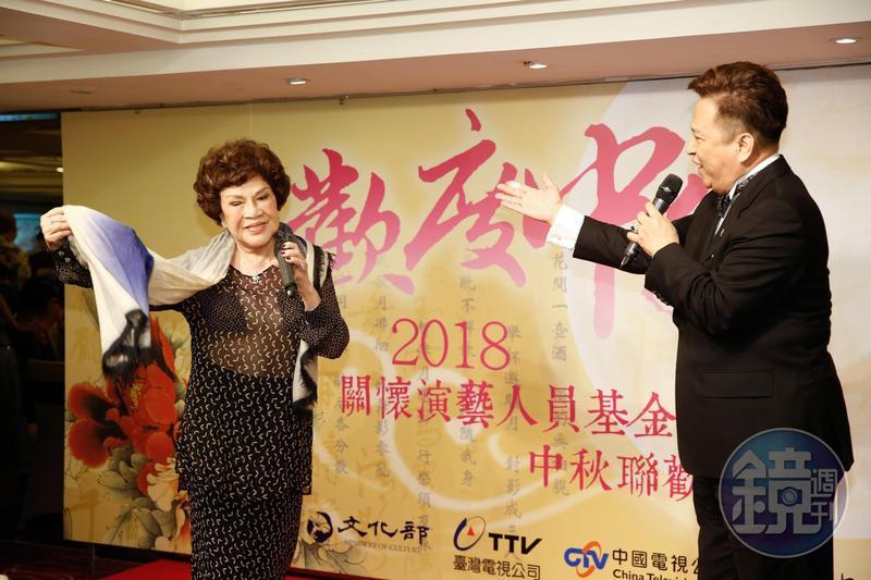 阿姑身穿性感透視裝,與老公李朝永合唱〈神鵰俠侶〉。