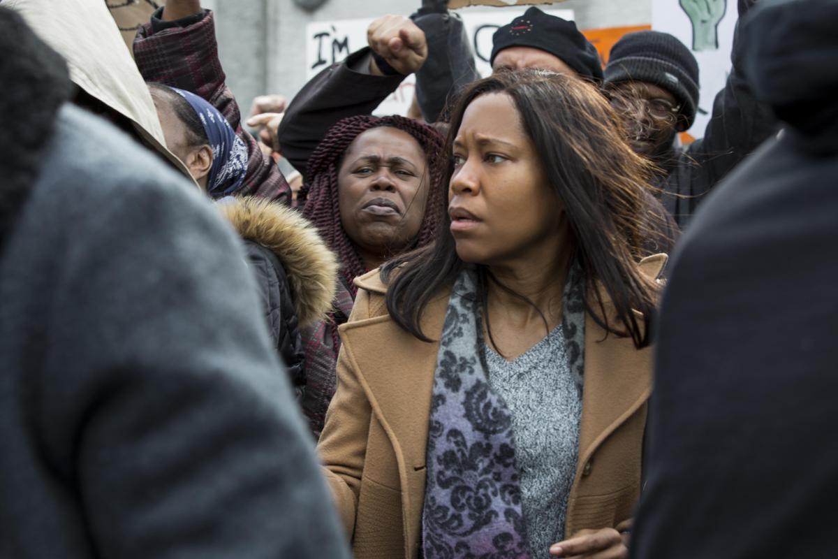 最佳迷你影集女主角得主蕾吉娜金恩,在《七秒交關》飾演兒子遭到白人警察車禍肇事逃逸的母親,追查真相而引爆動盪。(Netflix提供)