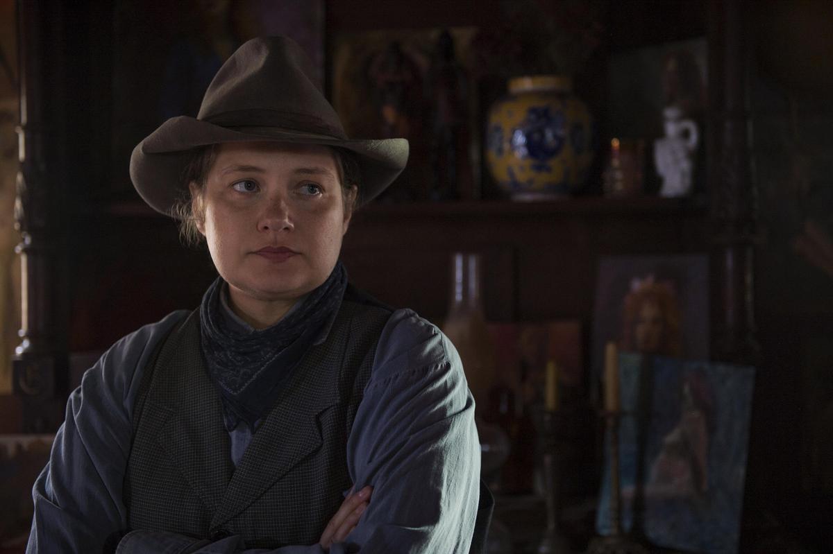 最佳迷你影集女配角梅里特維沃,在《無神之境》飾演痛失丈夫後,肩負警長責任的警長夫人,一改西部故事都是男人當家的局面。(Netflix提供)
