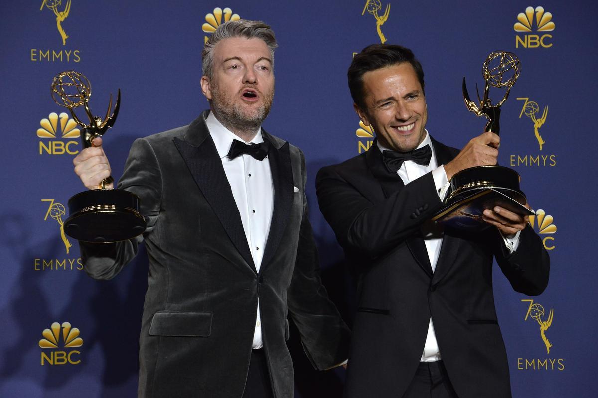 《黑鏡》原創作者查理布魯克(左)與編劇威廉布里奇斯,以《黑鏡:聯邦星艦卡里斯特》拿下最佳迷你影集編劇。(東方IC)