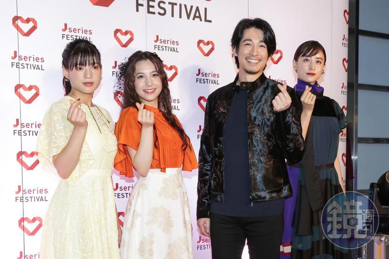 石井杏奈(左起)、佐生雪、藤岡靛和山本美月比手指愛心拍照。