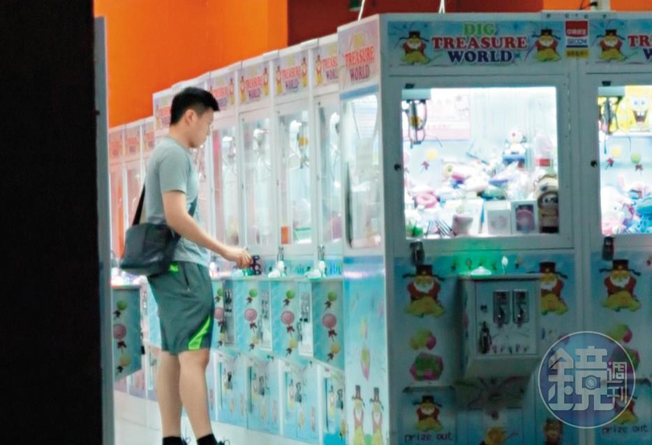 本刊多次直擊,王盈凱(圖)等陳月芳的空檔,都會先到夾娃娃店打發時間。