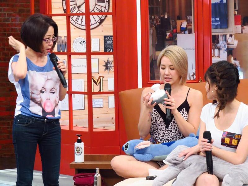 劉雨柔分享自己助眠用的按摩器,于美人看到立刻拿來試用,不小心按到胸部。(衛視提供)