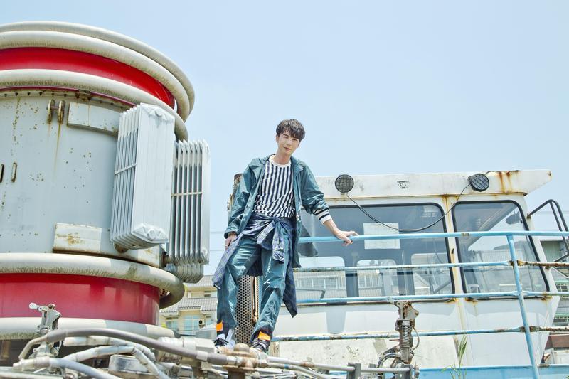 陳勢安推新歌〈當面說〉,為了拍MV,1天跑遍整個大台北區。(華納提供)