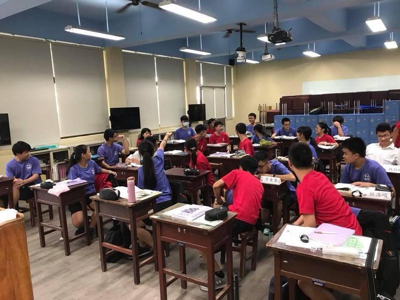 台中市立文華高中的同學好幸福,可以就學校規定紫紅兩色中選擇自己想穿的制服,不用在乎生理性別。(翻攝自臉書)