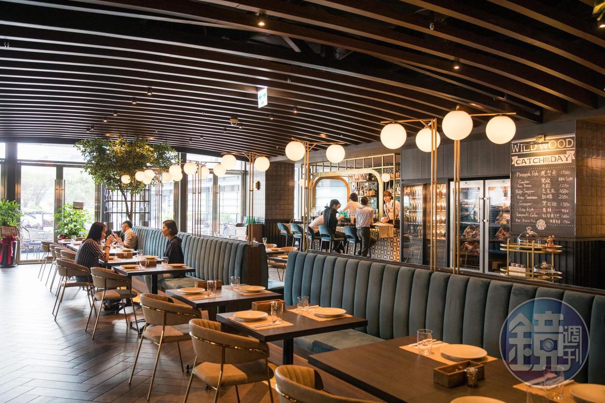 室內以球狀燈飾和藍綠色絨布座椅,營造媲美歐洲小酒館氣質。