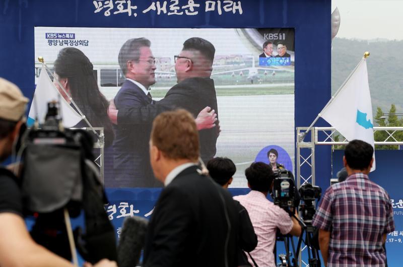 文金3度相擁,南韓人冷眼看待。(東方IC)