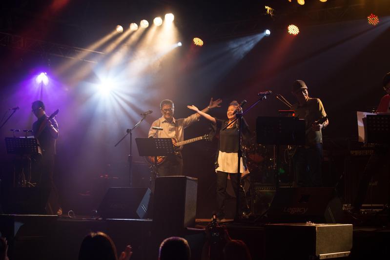 金智娟驚喜現身演唱會,除了演唱〈就在今夜〉,也跟羅大佑合唱〈如今才是唯一〉讓全場重溫舊夢。(Legacy提供)