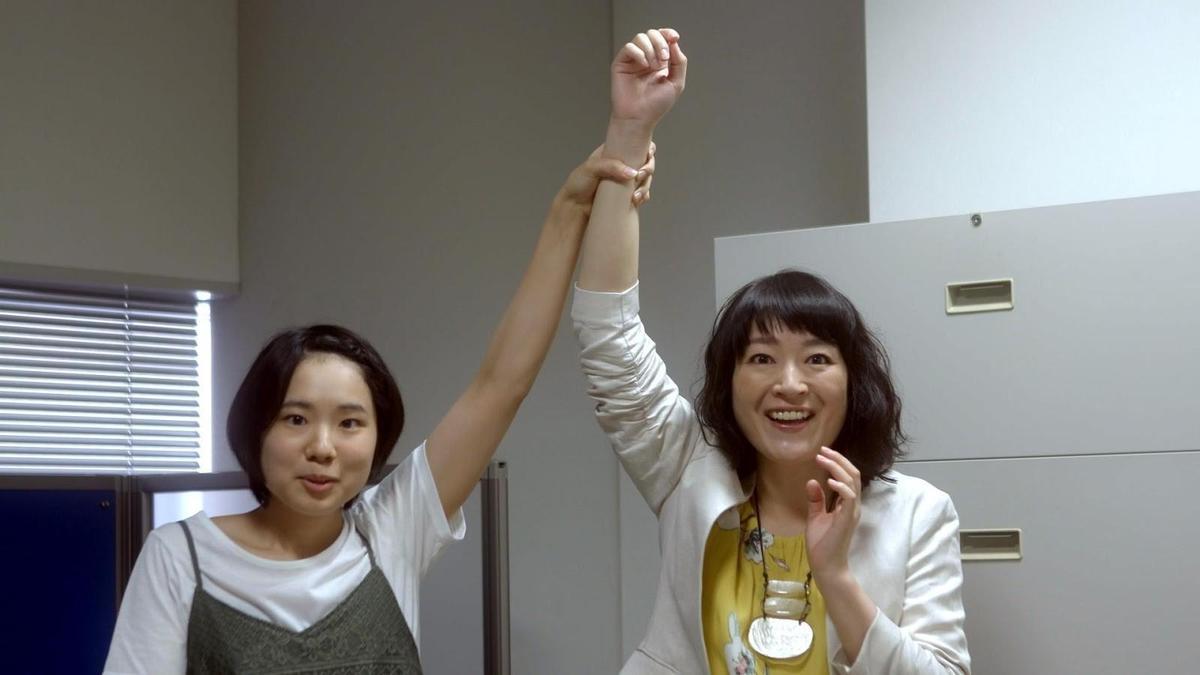 《一屍到底》中飾演導演女兒的真魚(左),受岩井俊二影響決心成為演員。(車庫電影提供)