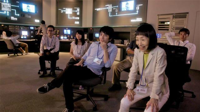 《一屍到底》中飾演提案出資代表的竹原芳子(前右),是熱愛表演的業餘劇團演員。(車庫電影提供)