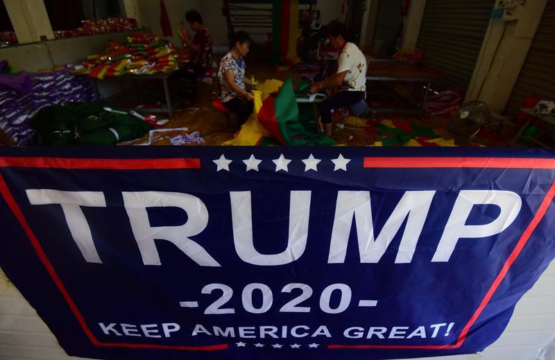 川普2020年競選連任的旗幟,製造地點是在中國安徽阜陽的一家工廠。(東方IC)