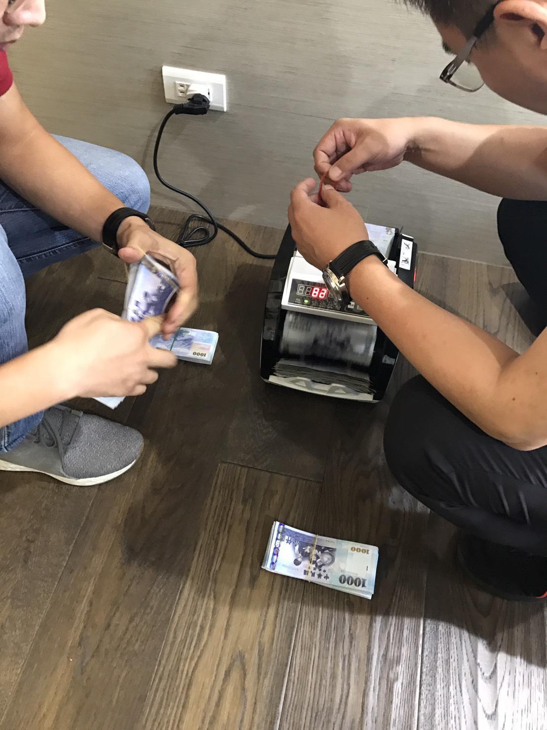 彭嫌自備「點鈔機」清算每週賭資。(警方提供)