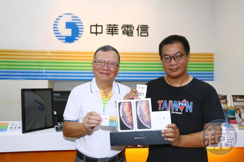 在中華電信排了91小時的搶頭香果粉Mike,董事長鄭優(左)贈送1支最頂規iPhone XS Max 512GB。