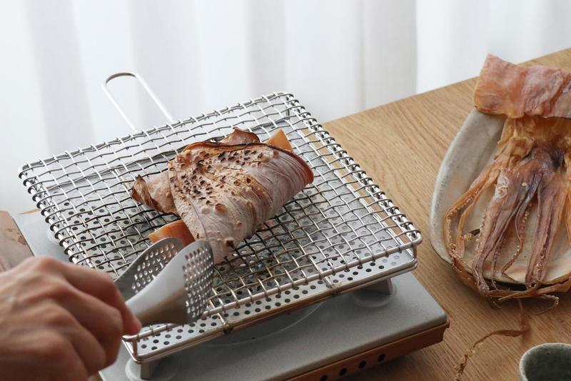 用「金網つじ」土司燒烤魷魚,滋味鮮香而不過焦。(森/CASA提供)