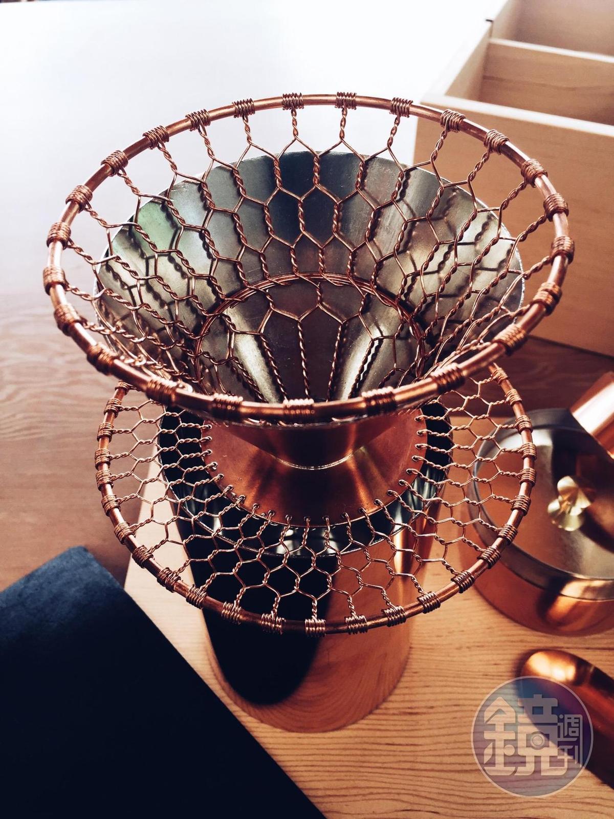 「金網つじ」以傳統京都金網的編織手工藝,打造紅銅手沖咖啡濾杯。濾杯傾斜的角度,和特別緻密的紅銅金網編織細節都十分講究。