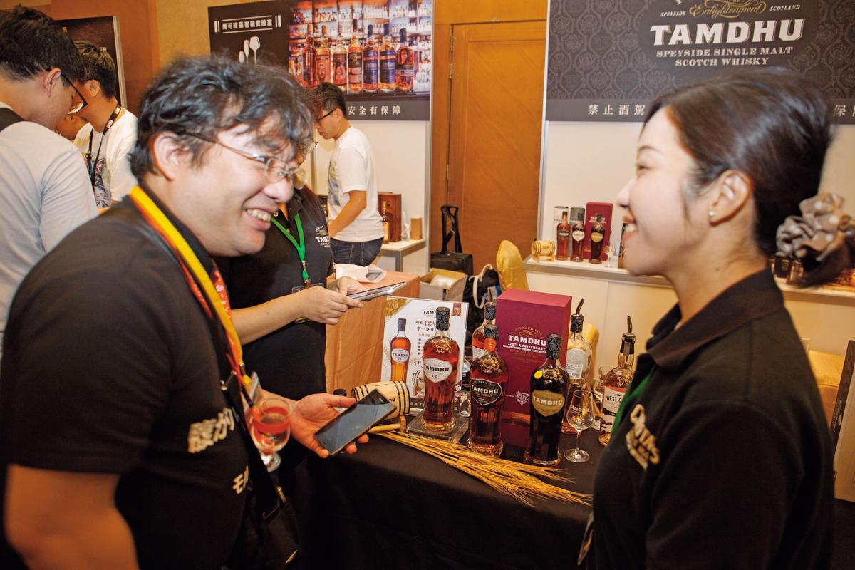【日本饕客】陸海洋行代理老酋長IB及坦杜口碑好,知名日本威士忌收藏家(左)也來拜碼頭。