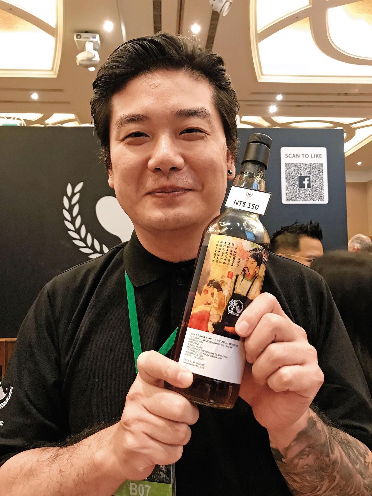 【杜甫裝瓶】經營安慰劑酒吧的Darren(圖)與安娜奇,也自己包桶推出Whisky Find獨立裝瓶品牌,這款「杜甫」就是艾雷島布納哈本13年的裝瓶。
