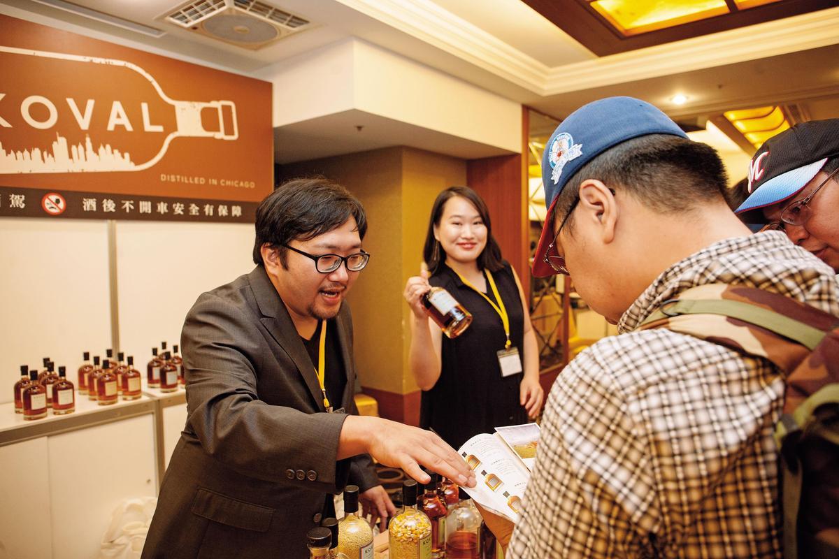 【美國精釀】美國精釀烈酒廠Koval由「準新郎官」吳昀徽(左)站台,講解清晰、反應熱烈,他們的威士忌是「2017/2018藏酒壹之選」美威最高分。