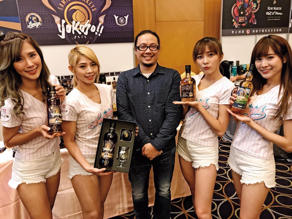 學設計的策展人胡毓偉(中)本身就是威士忌名人,更是許多重要威士忌社團成員,自己還創辦格登費雪品酒社。他從消費者、廠商需求的角度來規劃此展,果然好評不斷。