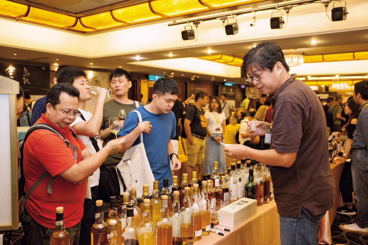 剛翻譯「日本威士忌全書」的謝博文,忙碌的在自己的攤位,又賣書又賣人上人的創意IB。