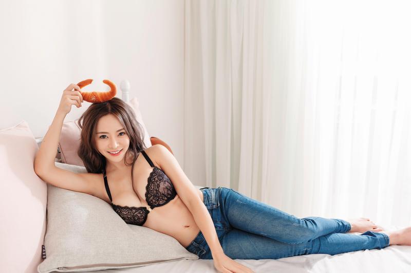 擔任showgirl和主持人多年,巫苡萱擁有許多粉絲,還曾有人開價新台幣50萬元要包養她。 (尖端出版社提供)