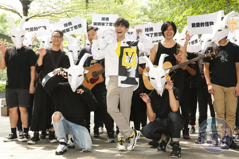 炎亞綸推出新單曲《親愛的怪物》,今帶領羊群在信義區舉辦快閃活動。