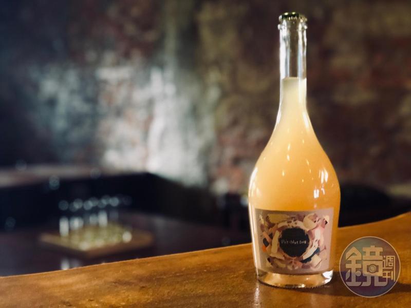 由台灣威石東與香港飛行釀酒師合作的「COOKMANIA野生酵母氣泡酒」。