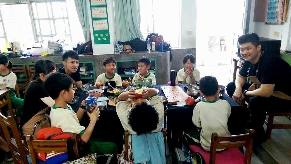 「阿比野菜環島」計畫為讓主廚擔任志工,到偏鄉小學推廣食農教育。(COOKMANIA提供)