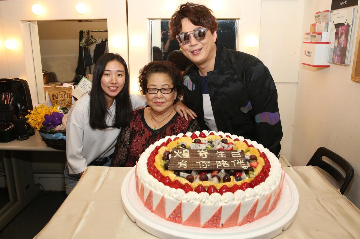 蕭煌奇與媽媽、姪女的全家福合照。(環球音樂提供)