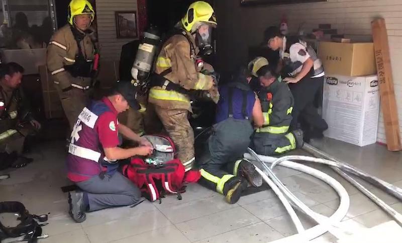 警消清理火場時才發現蔡姓消防員受困在2樓後方火場,當時被發現時已經沒有生命跡象。(警消提供)